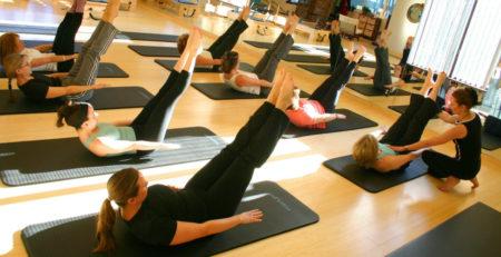 Занятия пилатес в фитнес-клубе